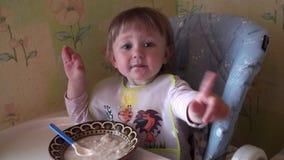 Weinig Babymeisje die Voedsel eten stock videobeelden