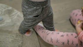 Weinig babymeisje doet haar eerste stappen stock footage
