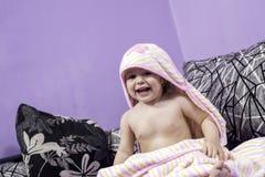 Weinig babymeisje en haar grote glimlach Stock Afbeeldingen