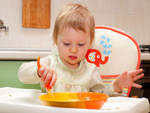 Weinig babymeisje eten vagetables Stock Afbeelding