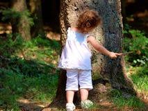 Weinig babymeisje in het bos Stock Fotografie