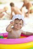 Weinig babymeisje in het opblaasbare zwembad Stock Afbeeldingen