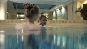 Weinig babymeisje het zwemmen Lerend zuigelingskind om te zwemmen stock footage