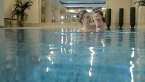 Weinig babymeisje het zwemmen Lerend zuigelingskind om te zwemmen stock videobeelden