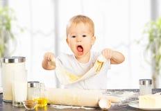 Weinig babymeisje kookt, het bakken Royalty-vrije Stock Fotografie