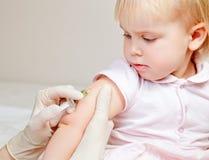 Weinig babymeisje krijgt een injectie Stock Afbeeldingen
