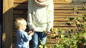 Weinig babymeisje nam smartphone van de moeder stock footage
