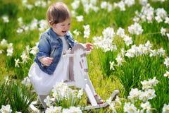 Weinig babymeisje op houten hobbelpaard Stock Afbeelding