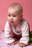 Weinig babymeisje op roze achtergrond Royalty-vrije Stock Fotografie