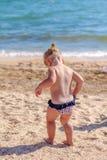 Weinig babymeisje op strand Stock Afbeelding