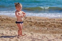 Weinig babymeisje op strand Stock Afbeeldingen