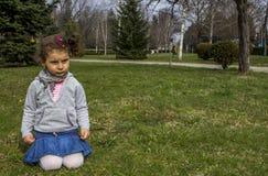 Weinig babymeisje in park Stock Fotografie