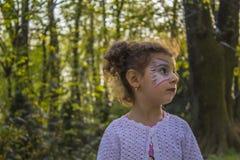 Weinig babymeisje in park Stock Foto's