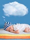 Weinig babyslaap met een het dromen ballonwolk Stock Fotografie