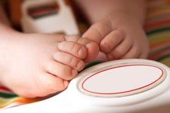 Weinig babyvoeten in een kindzetel Stock Afbeelding