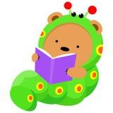 Weinig beer in wormkostuum die een boek lezen Stock Illustratie
