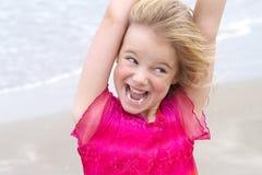 Weinig blond meisje met expressief gezicht Royalty-vrije Stock Afbeeldingen