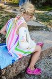 Weinig blond meisje met gebroken hand royalty-vrije stock afbeelding