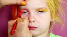 Weinig blonde doet make-up Heldere maniervideo stock video