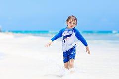 Weinig blonde jong geitjejongen die pret op tropisch strand van de Maldiven hebben stock foto's