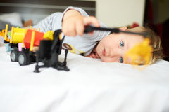 Weinig blonde jongen die met auto spelen Royalty-vrije Stock Foto