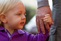 Weinig blonde jongen die met zijn vader loopt Royalty-vrije Stock Afbeeldingen