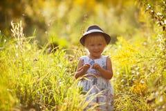 Weinig blonde meisje in hoed Stock Foto's