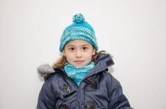 Weinig blondemeisje op de dag van de winter Stock Afbeeldingen