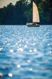 Weinig boot in meer stock fotografie