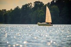 Weinig boot in meer Trakai stock afbeeldingen