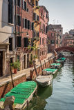 Weinig boten op een kanaal in Venetië Stock Afbeelding