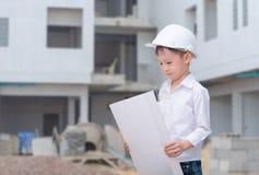 Weinig bouwer in helm het denken Stock Afbeeldingen