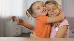 Weinig broer en zuster die familiesamenhorigheid, kinderachtige tedere relaties koesteren stock video