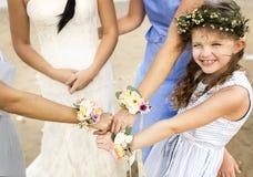 Weinig bruidsmeisje bij een strandhuwelijk stock foto's