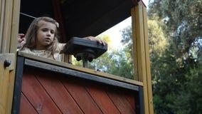 Weinig charmant gelukkig babymeisje in de speelplaats stock video
