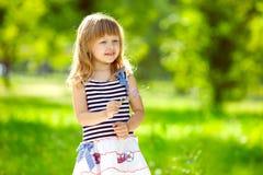 Weinig charmant meisje in openlucht Stock Foto's
