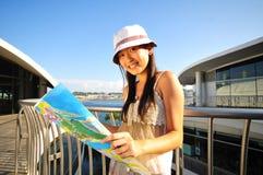 Weinig Chinees Aziatisch Meisje van de Toerist met kaart 5 Stock Foto's