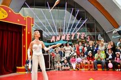 Weinig circus, juggler met spelden in disneydorp Royalty-vrije Stock Afbeeldingen