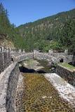 Weinig de berglandschap van de steenbrug Stock Foto's