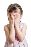 Weinig deed schrikken of schreeuwend of speel BO-piepgeluid jong geitje verbergend gezicht Stock Fotografie