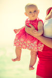 Weinig die baby door vrouw wordt gehouden stock foto's