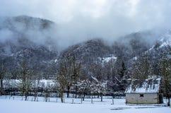 Weinig die herders` s huis in de geheimzinnige bergen van de Pyreneeën, Frankrijk wordt verborgen Royalty-vrije Stock Foto's