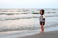 Weinig die jongen door de golven wordt verrast Royalty-vrije Stock Afbeelding