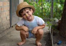 Weinig die jongenshanden in kleurrijke verven worden geschilderd Gelukkig jong geitje die pret hebben in openlucht stock afbeeldingen