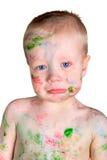 Weinig die met verf wordt bevuild en verstoorde jongen Royalty-vrije Stock Fotografie