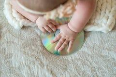 Weinig DJ, Weinig Baby, CD aandrijving, neemt een hand op het bed stock afbeeldingen