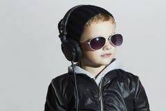 Weinig DJ grappige jongen in zonnebril en hoofdtelefoons Het luisteren van het kind muziek Royalty-vrije Stock Fotografie