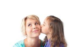 Weinig dochter die jonge moeder kust Stock Afbeelding