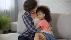 Weinig dochter die zich strak aan geliefde moeder, volledige vertrouwen en affectie nestelen royalty-vrije stock afbeeldingen