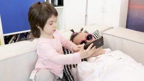 Weinig dochter neemt selfie met slaapvader stock footage